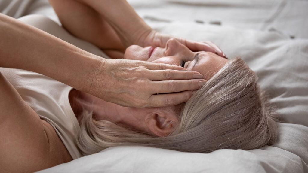 svettningar på natten trött kvinna i säng