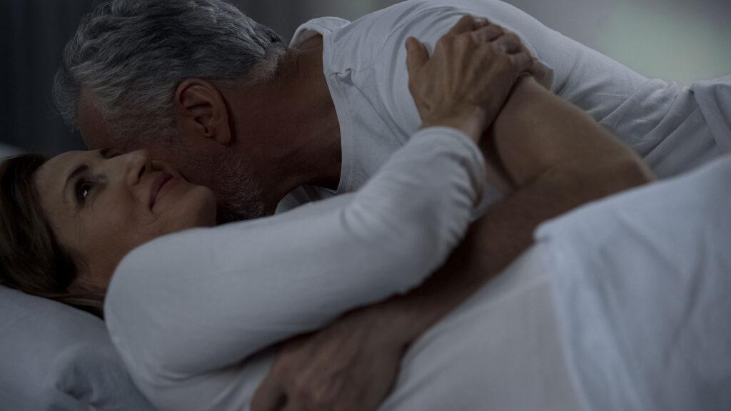 intim stund klimakteriet man kramar kvinna ler