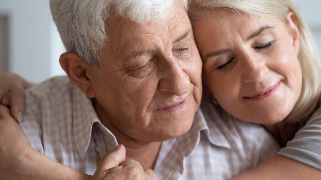 Äldre par kramas - kärlek och omtanke - klimakteriet